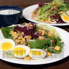 Салат из салатных листьев, консервированного тунца и кукурузы.